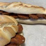 bocadillo de chorizo de León con mollete y barrita de pan de León