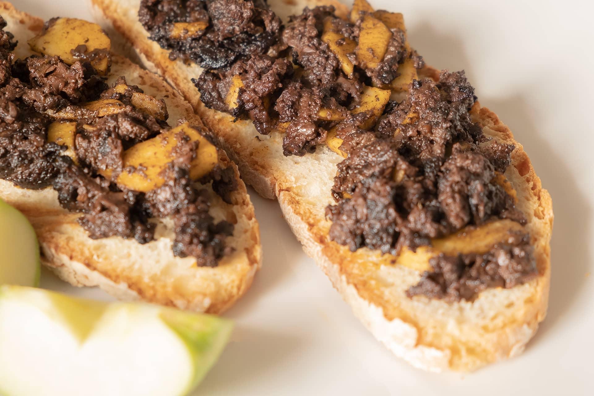 Receta de tosta de morcilla de León Villamoros con manzana reineta