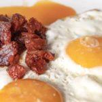 Huevos fritos con chorizo Ezequiel de León con ajo negro