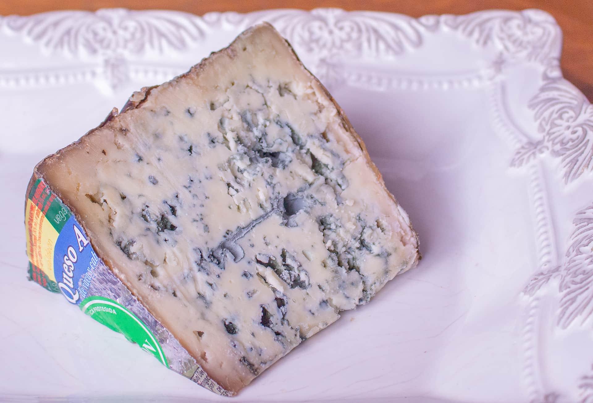 Queso de Valdeón de pasta color marfil con tonos azulados por el moho