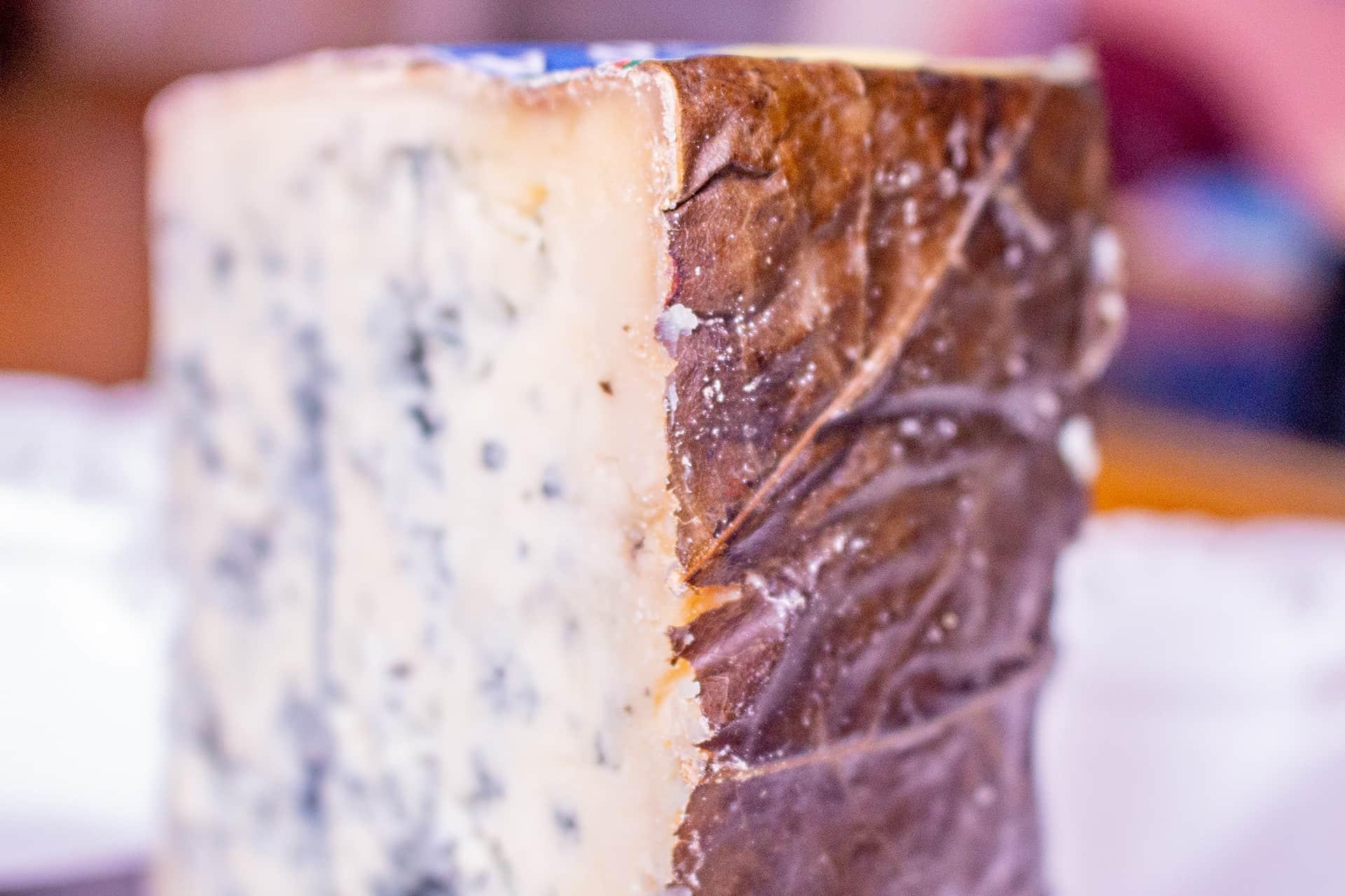 Queso de Valdeón detalle hojas de plátano que cubren el queso