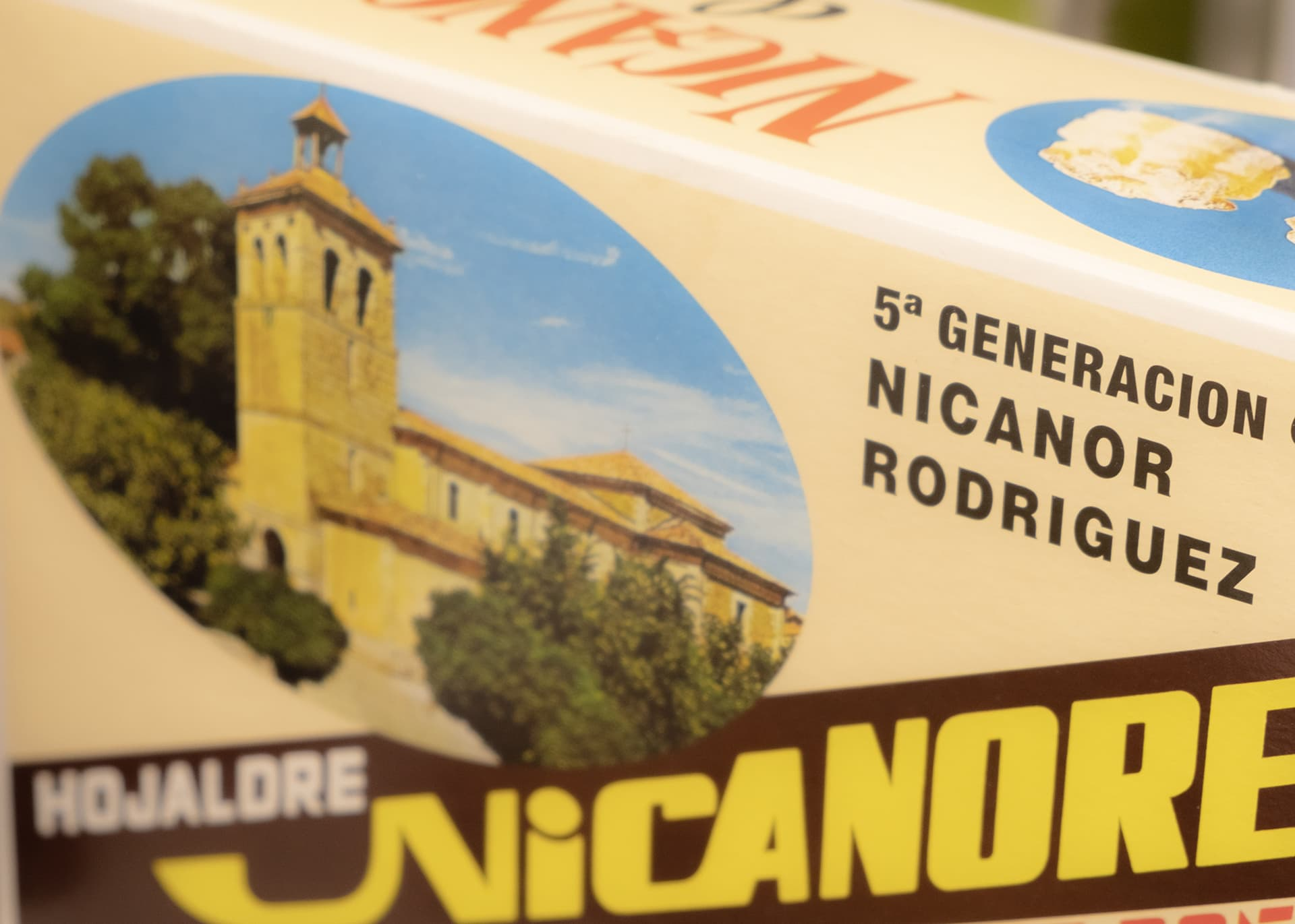 Nicanores de Boñar está en la Quinta Generación y así lo refleja en el envase tradicional y la foto de la iglesia de Boñar y el mítico Negrillón