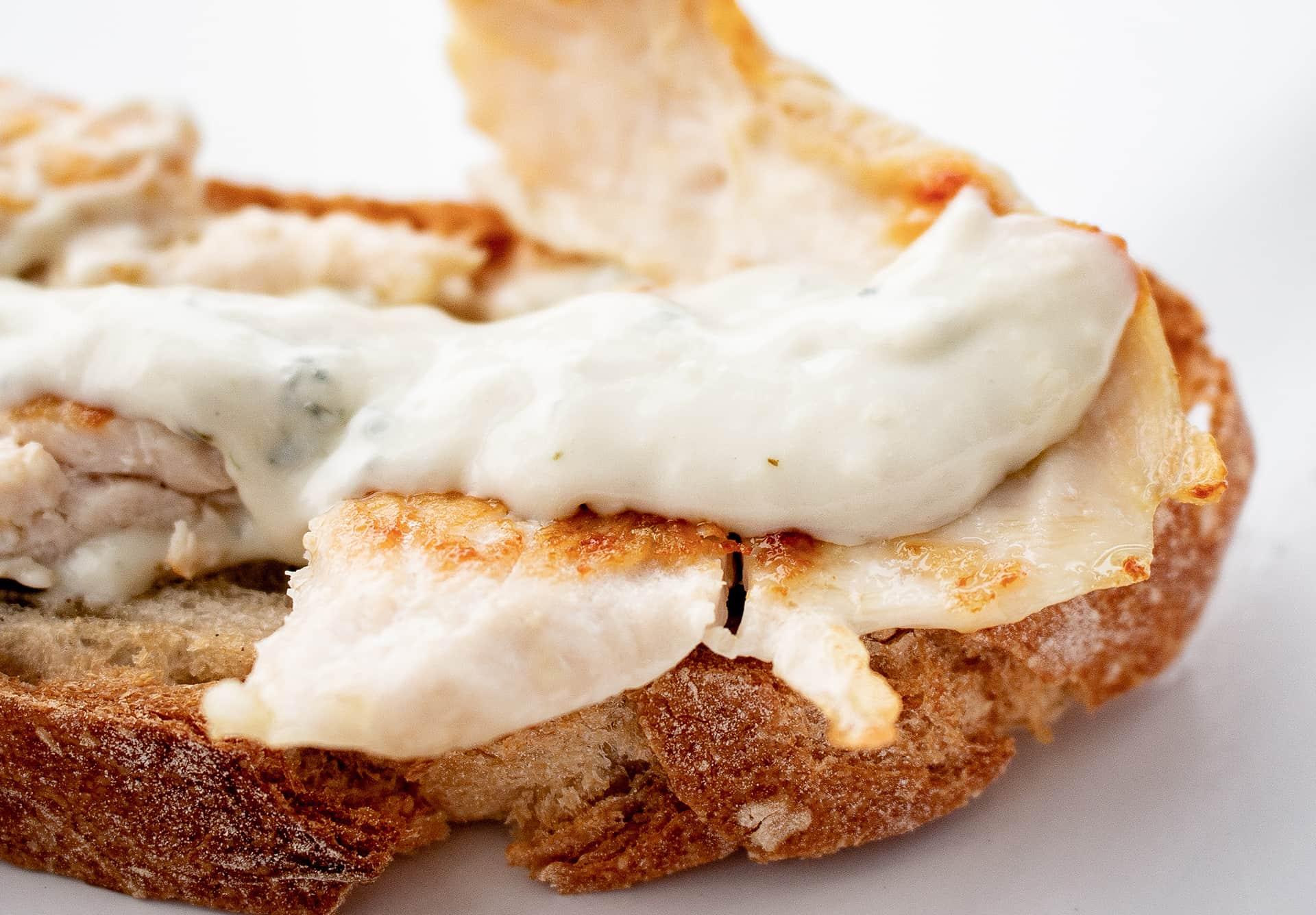 Tostada de pechuga con crema de queso Valdeón