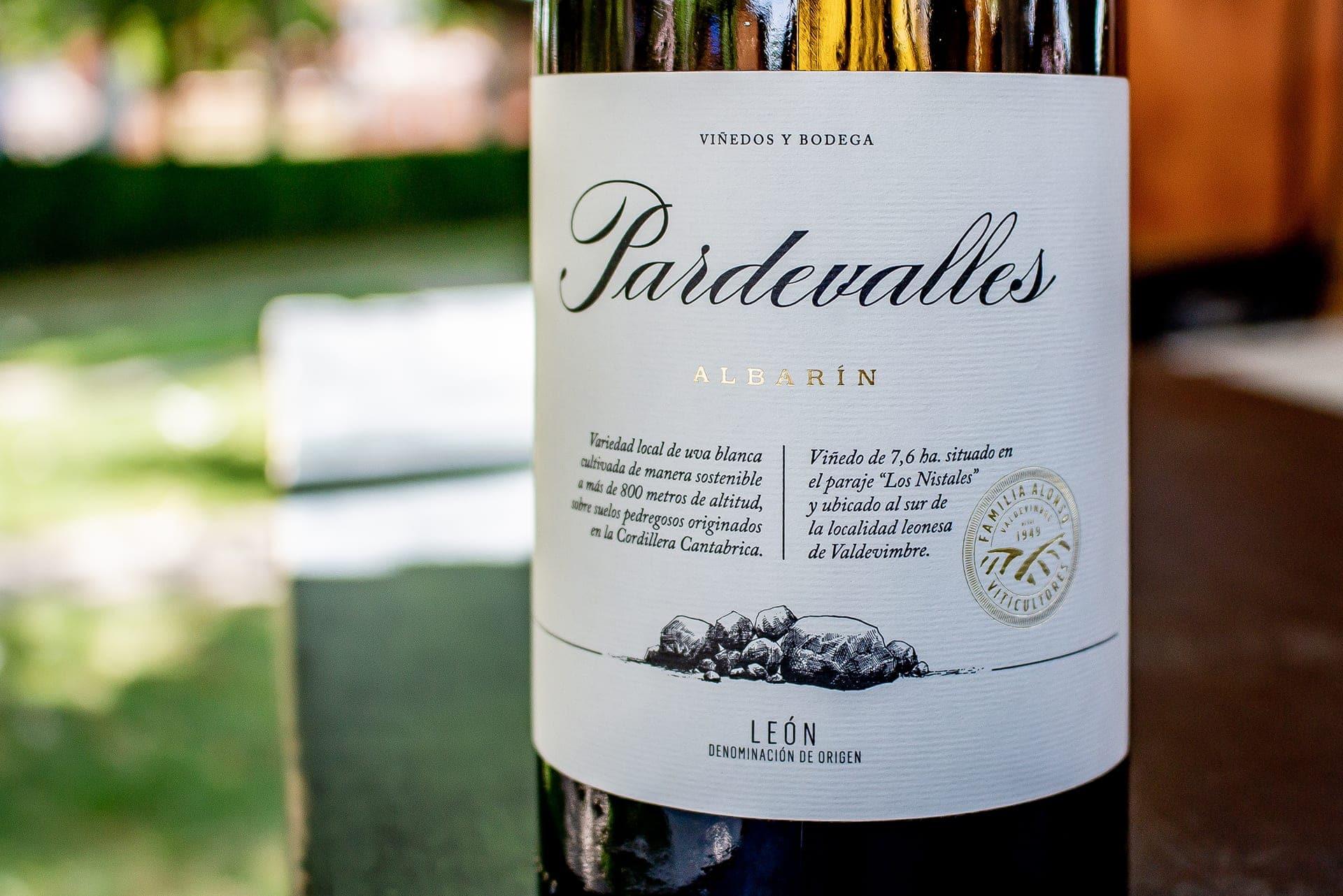 Nueva elegante etiqueta de Pardevalles Albarín