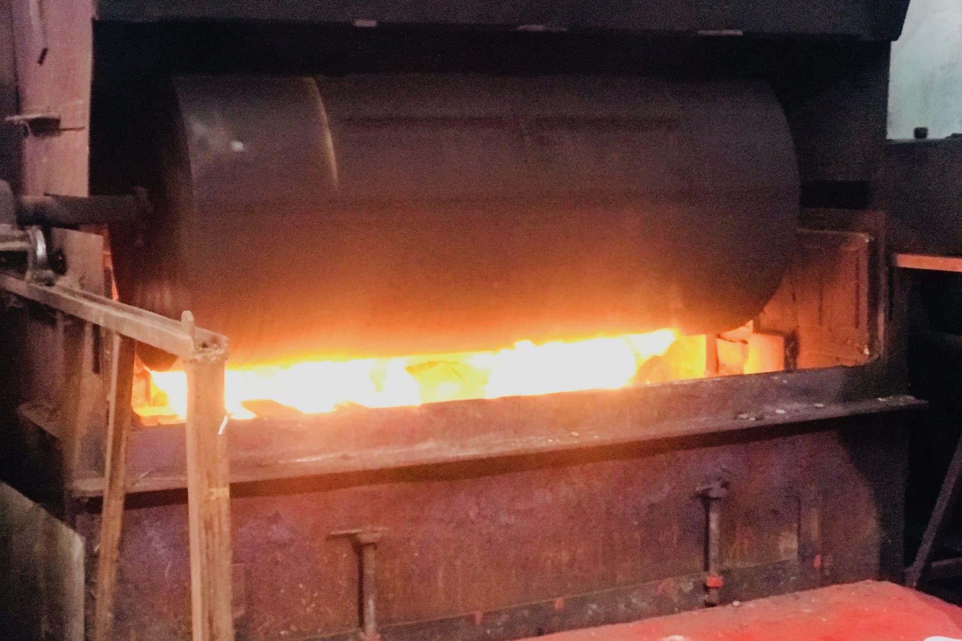 Bombo de leña tradicional tostando las habas de cacao en Chocolates Santocildes