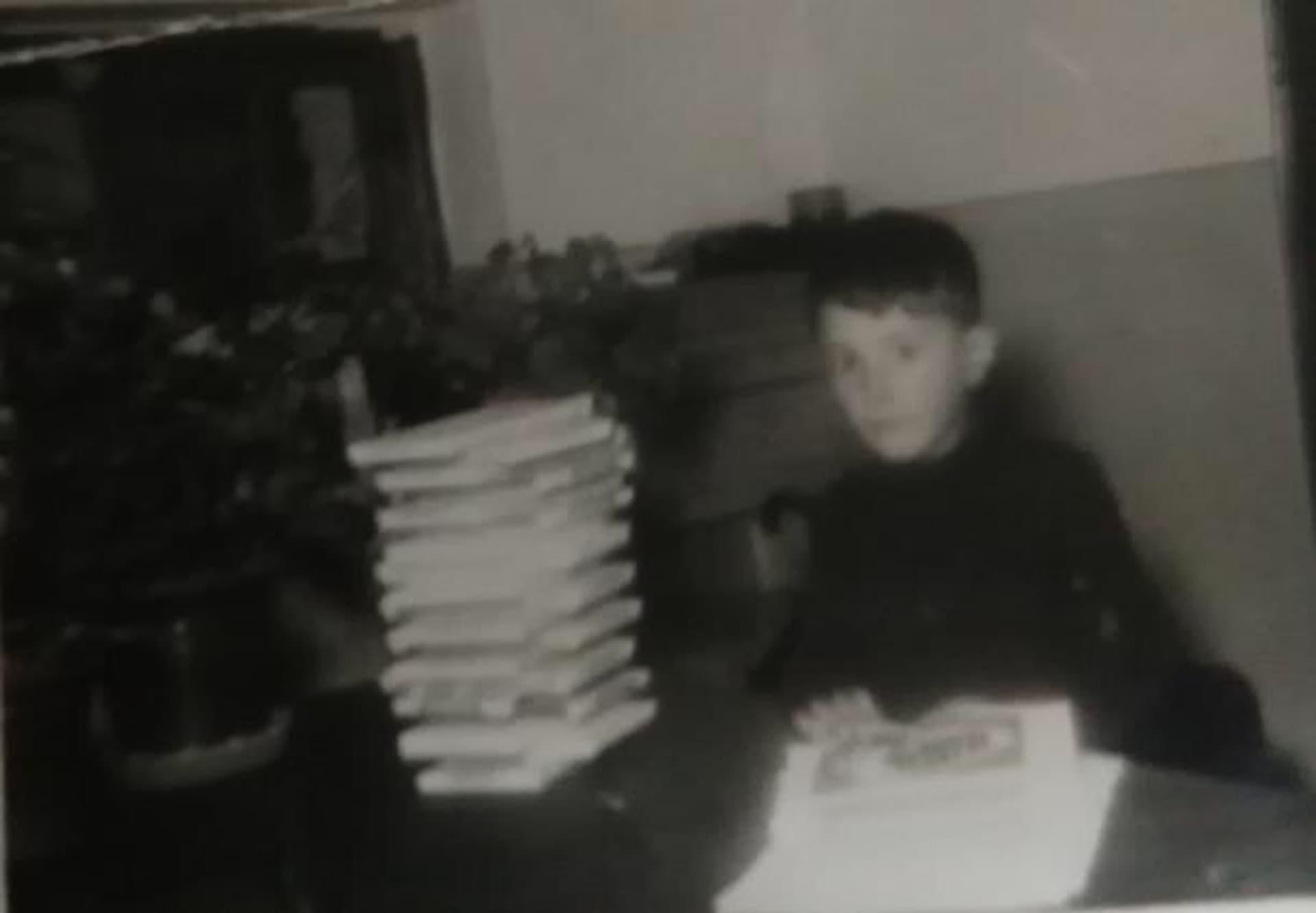 Foto antigua de Chocolates Santocildes ayudando con el envasado