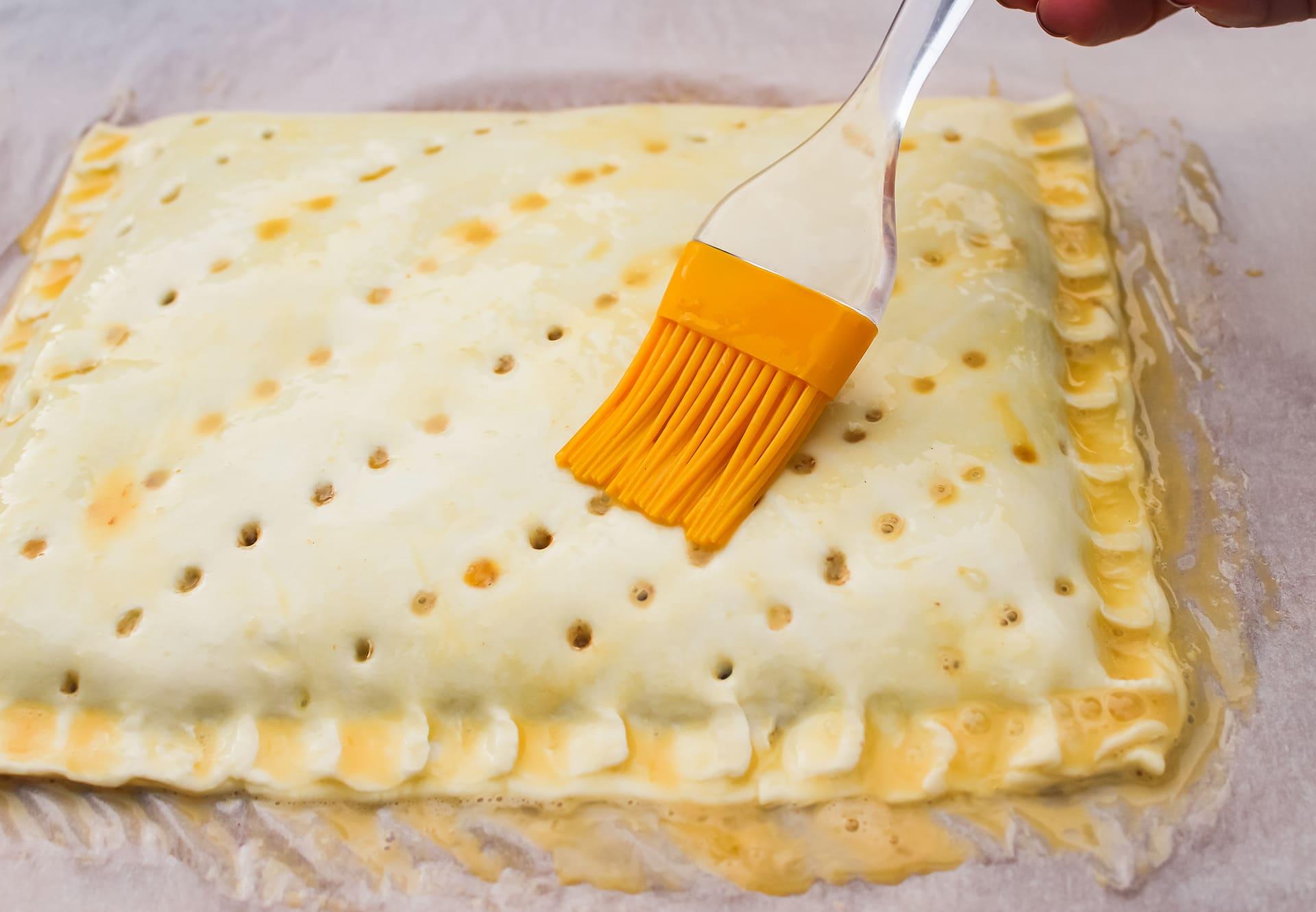 Extiende una fina capa de huevo sobre la empanada para que se dore