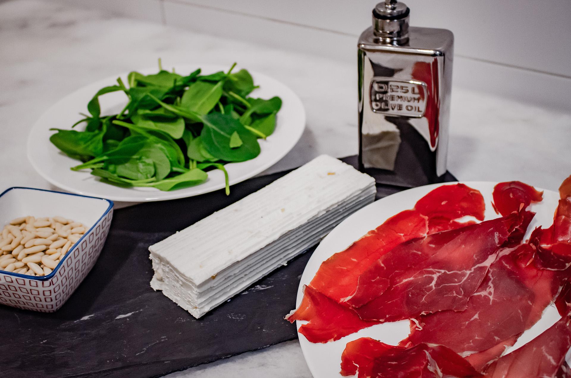 Ingredientes ensalada de León, queso de cabra, piñones y espinacas