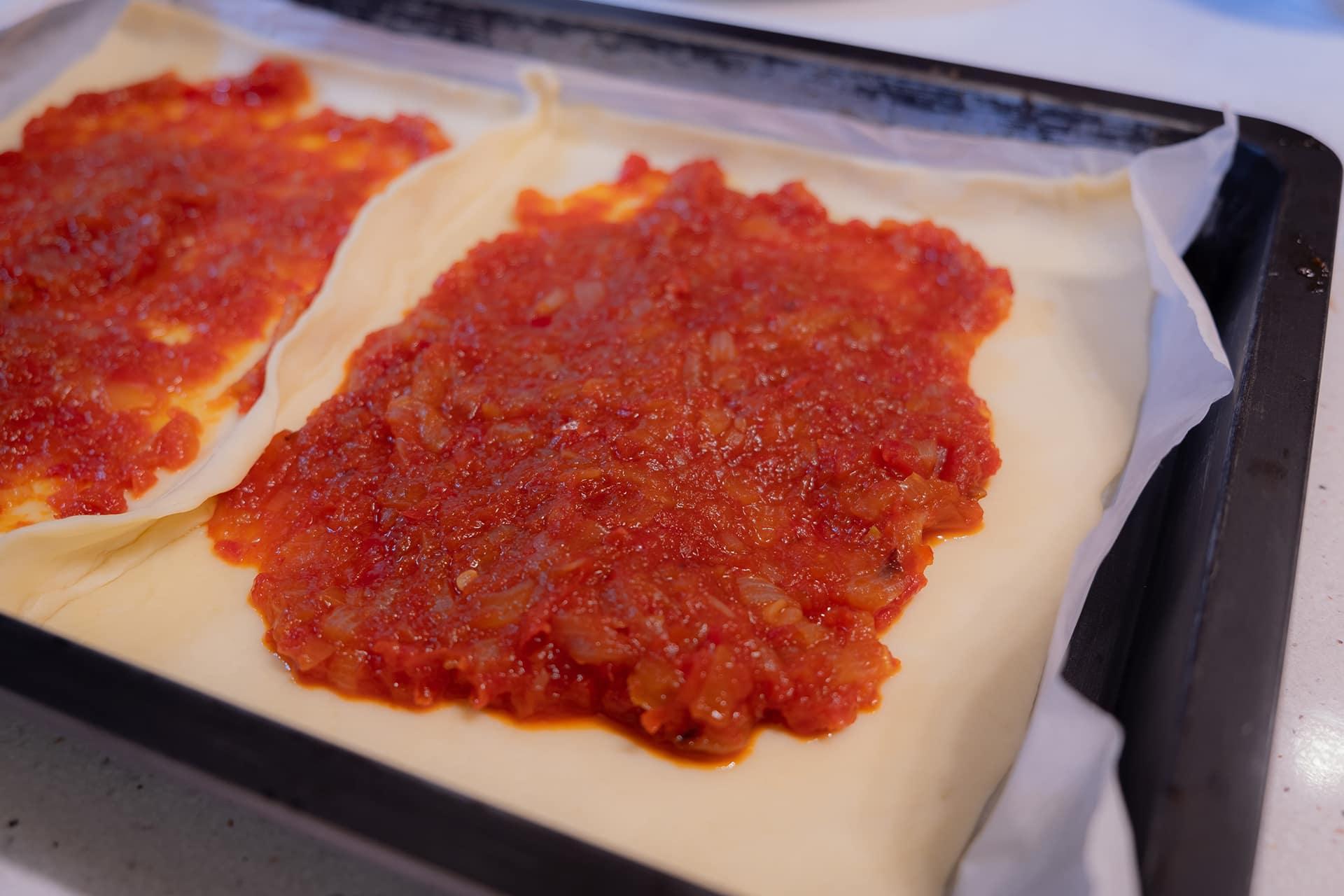 empanada de cecina y morcilla de León con tomate cebolla y pimientos