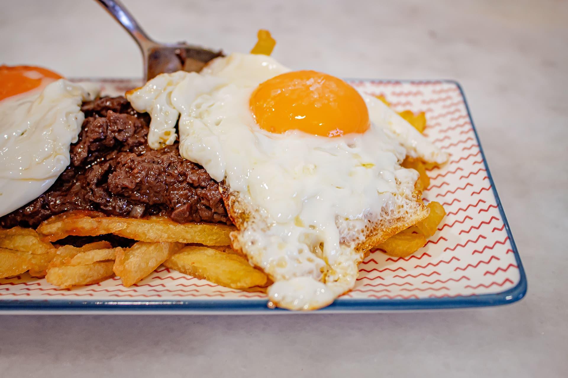 morcilla de León, patatas y huevos fritos