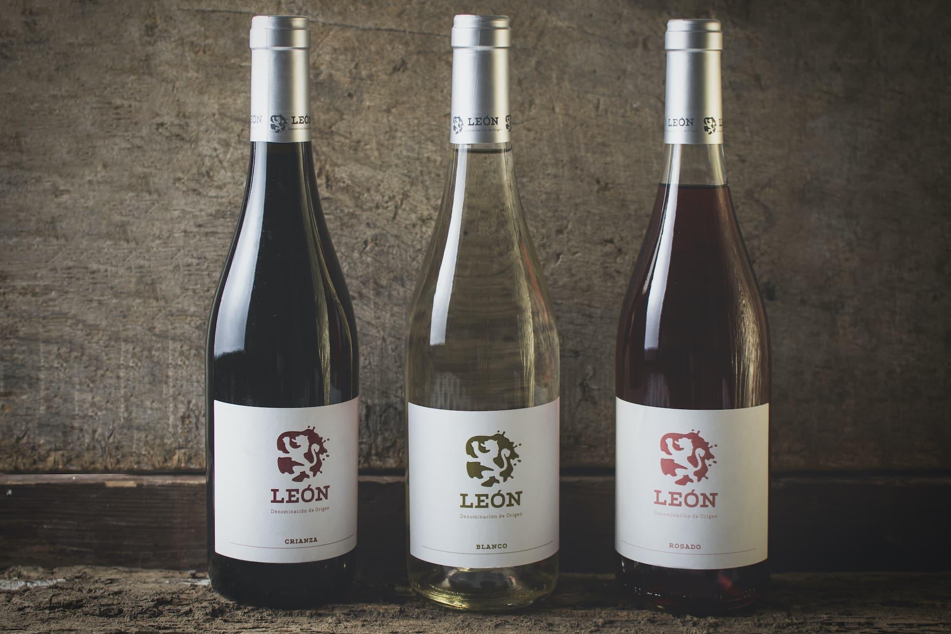 Vino de León. Botellas de vino DO León tinto, rosado y blanco.