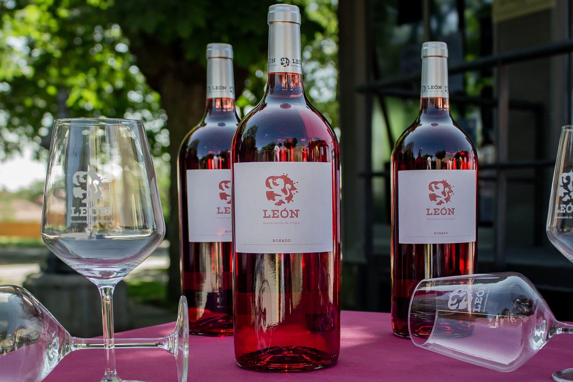 Vino de León. Botellas de vino DO León rosado.