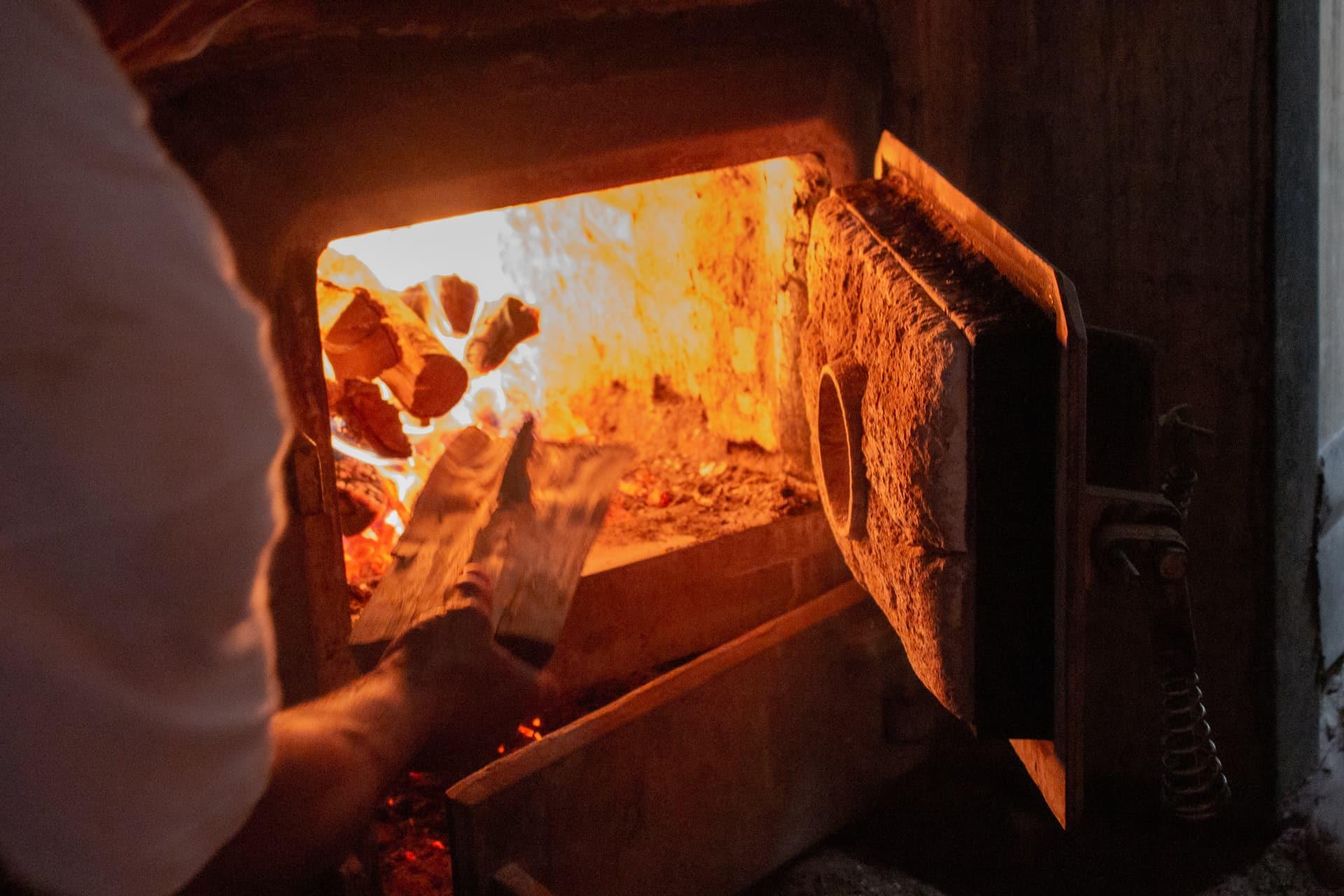 Pan de León Panadería Villabente Encendido del horno de leña