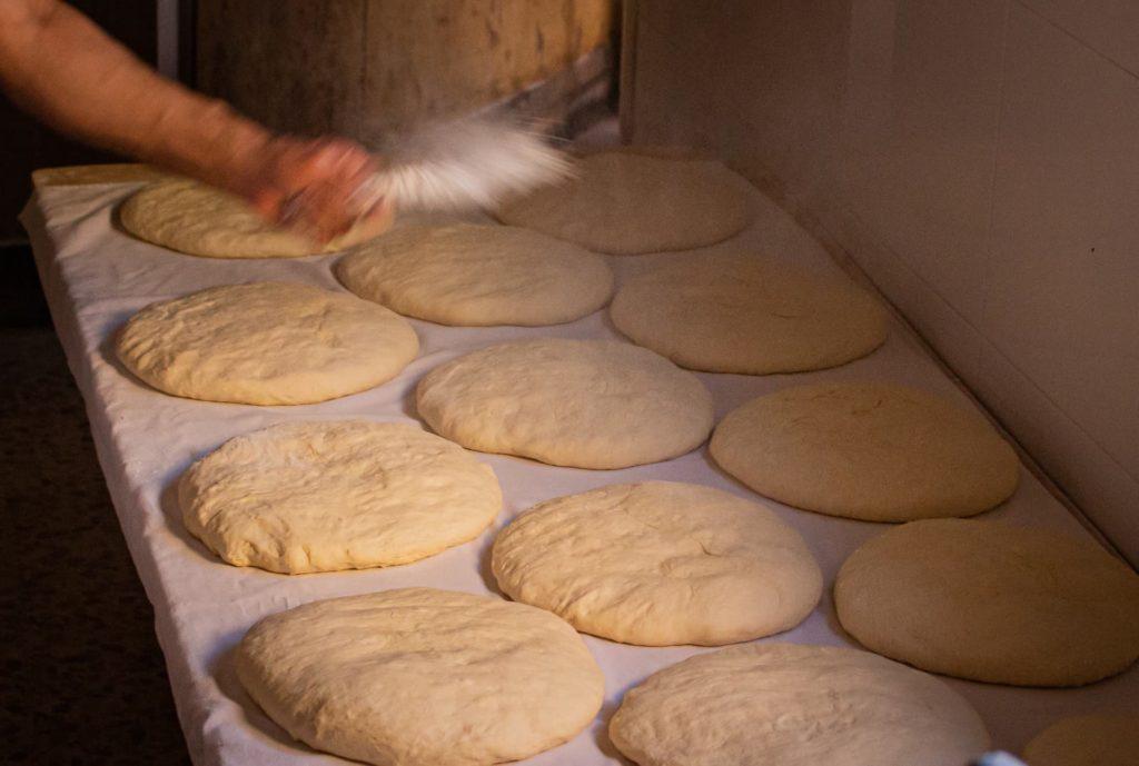 Pan de León Panadería Villabente Añadiendo harina