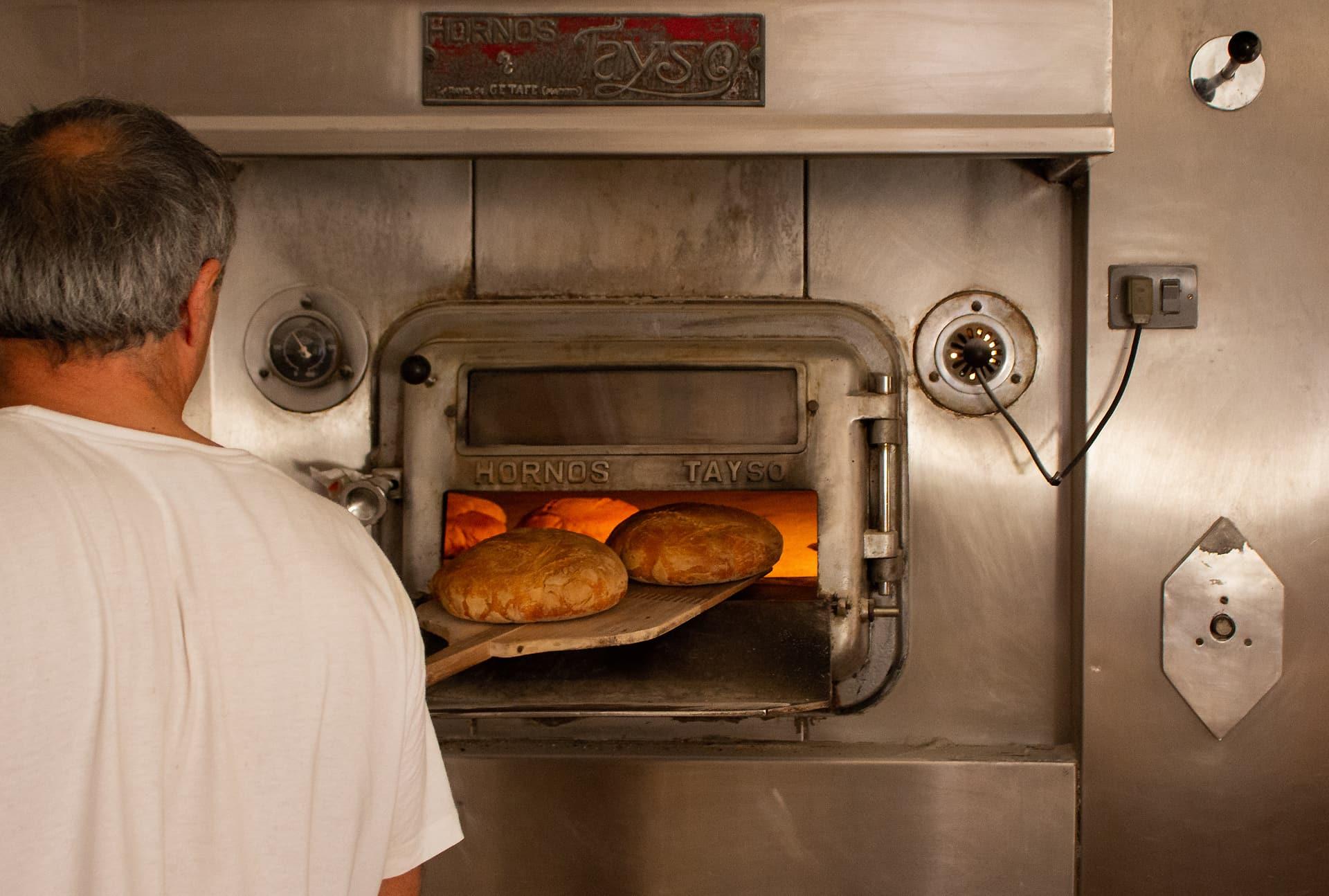 Pan de León Panadería Villabente saliendo del horno