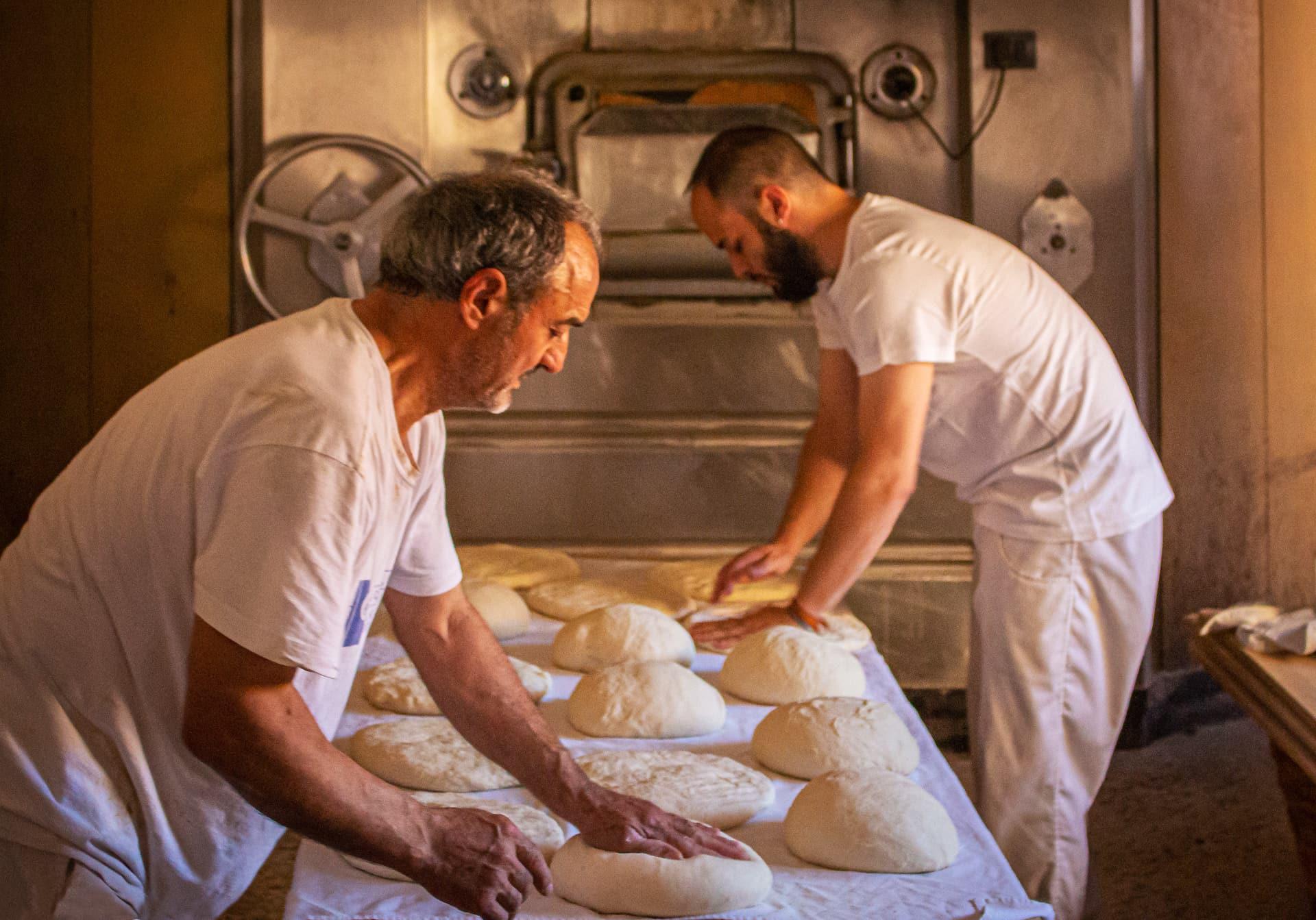 de_leillavente_pMoisés y su hijo elaborando pan de Léon en la panadería Villavente