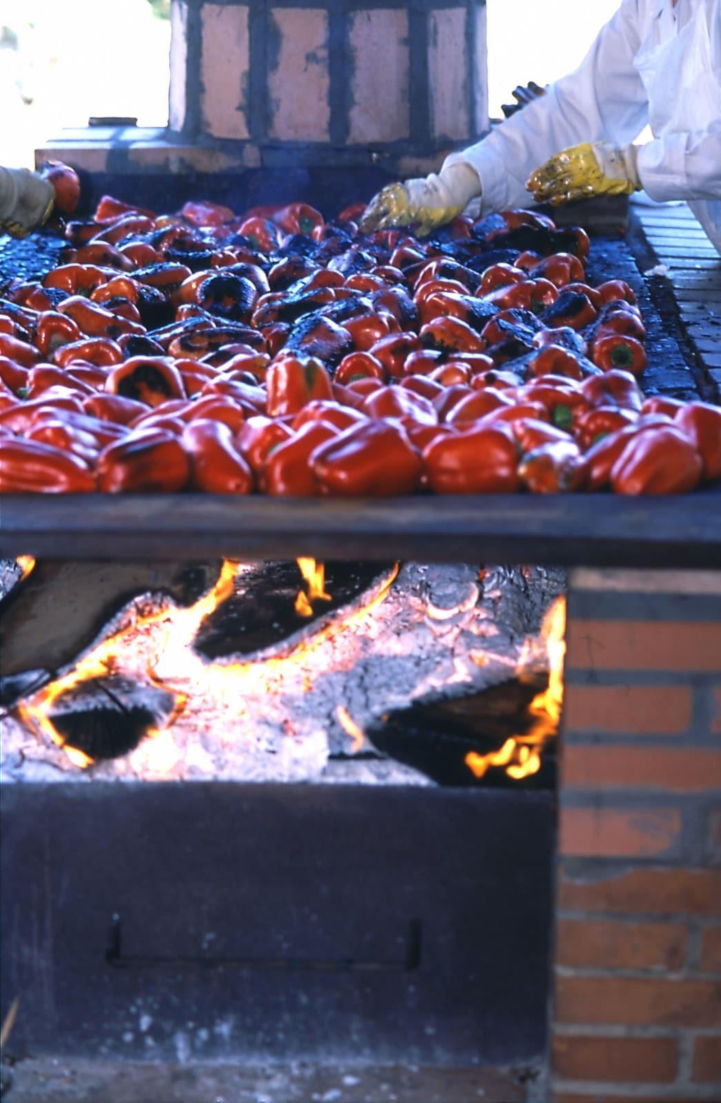 Pimiento asado del Bierzo en pleno proceso de asado