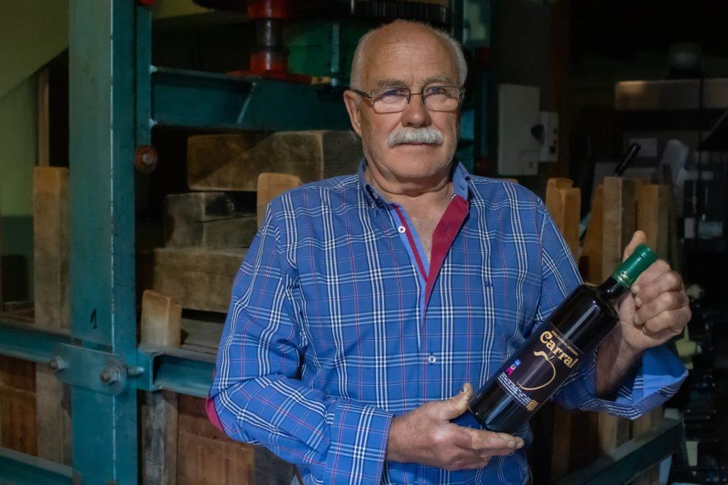 Herminio Carral nos muestra orgulloso su sidra