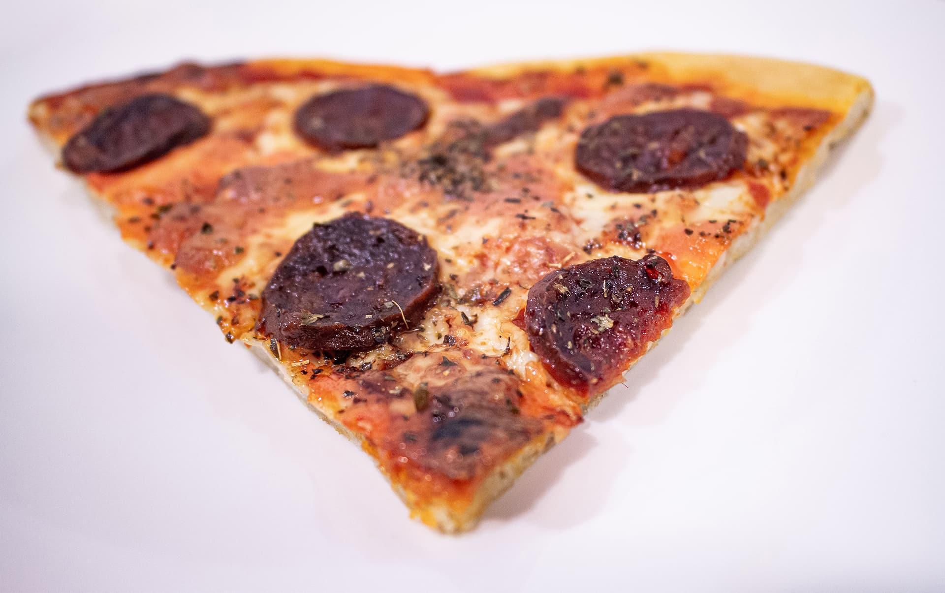 porción de pizza de chorizo